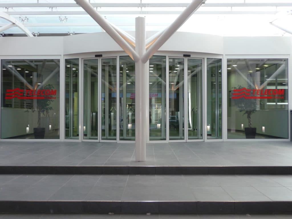 Fornitura e posa infissiin Alluminio presso sede TELECOM di Mestre